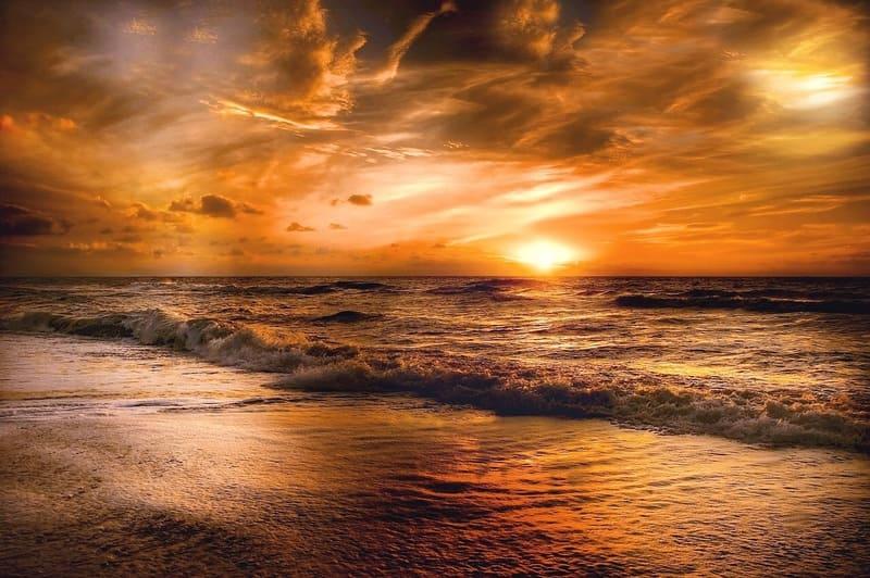 夕焼けと海のきれいな写真