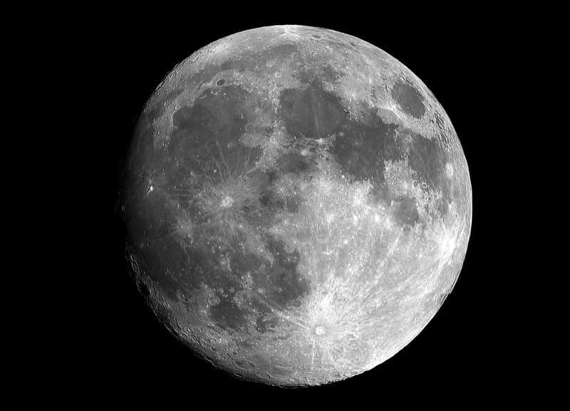 望遠レンズで撮影された月