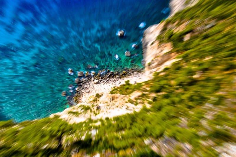 空から撮った露出間ズーミングの海の写真