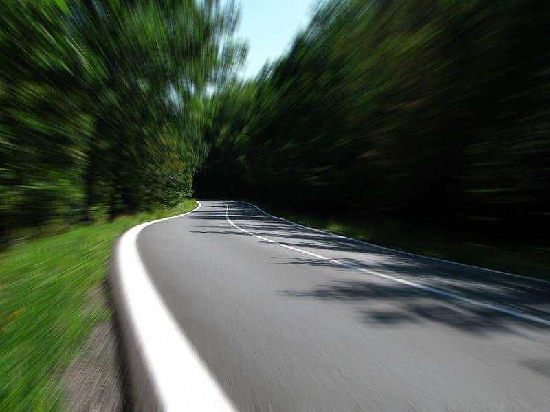 道路のカーブで撮った露出間ズーミング
