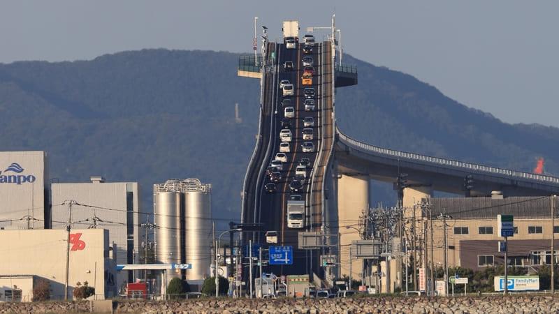圧縮効果でがけみたいに見える江島大橋