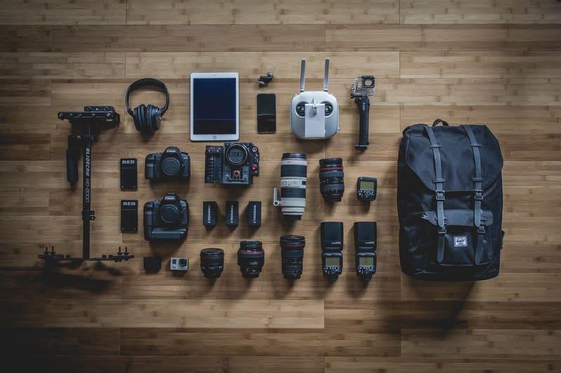 カメラのアクセサリやレンズを並べた写真