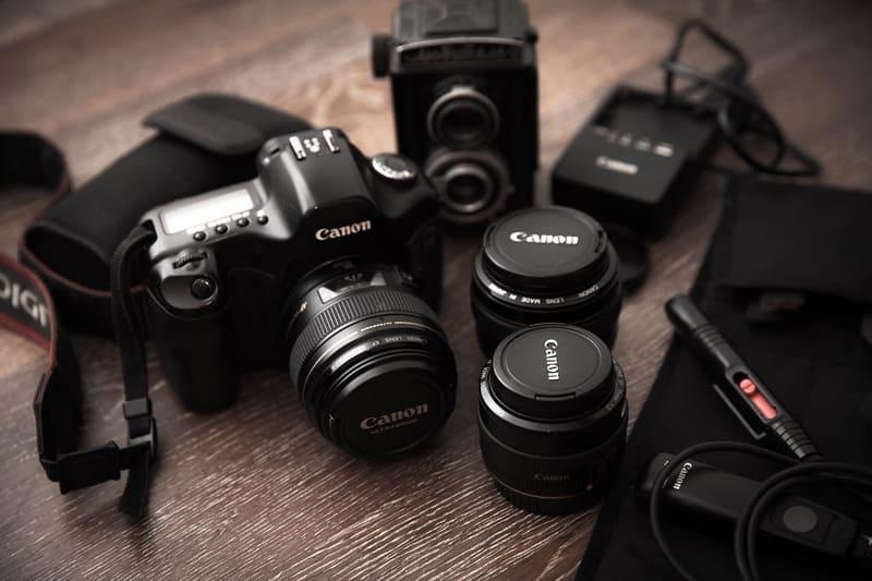 キヤノンのカメラとレンズが並べられている写真