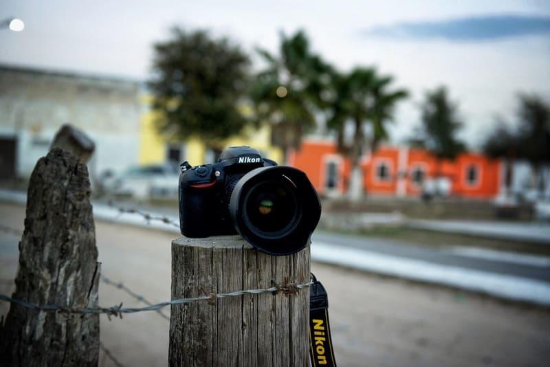 柵の上に置かれた一眼レフカメラ