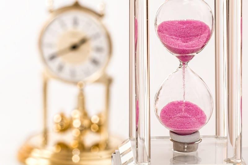 砂時計と時計の写真