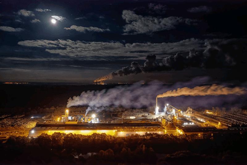 工場夜景と月