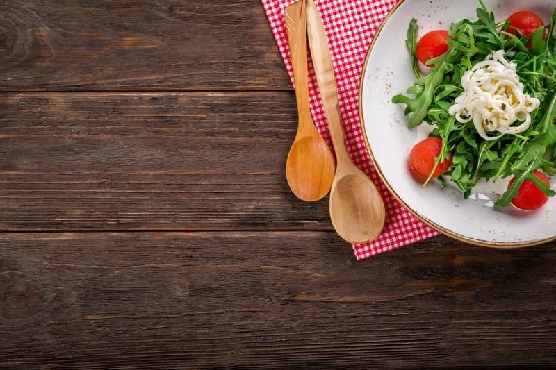 テーブルに置かれたサラダ