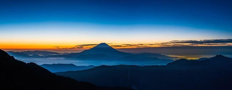 別の山から見た朝焼けの富士山