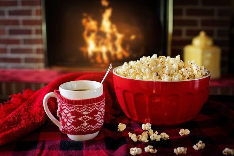 部屋の中の暖炉と暖かい飲み物とポップコーン