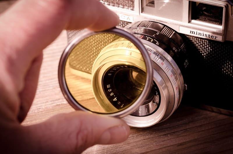 カメラに向けてフィルターを持って撮った写真