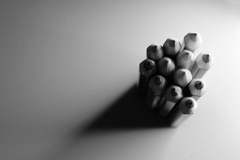 モノクロで撮られた色鉛筆の写真