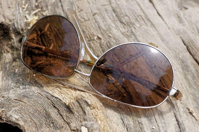 木材の上に置かれたサングラスの写真