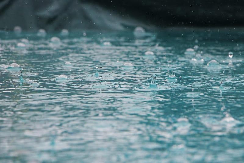 水面にぶつかる雨の写真