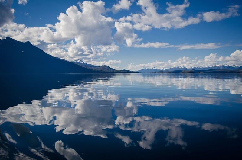 周辺光量落ちが起きている山と湖の写真