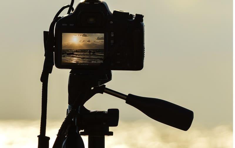 一眼レフで夕日を撮影している写真