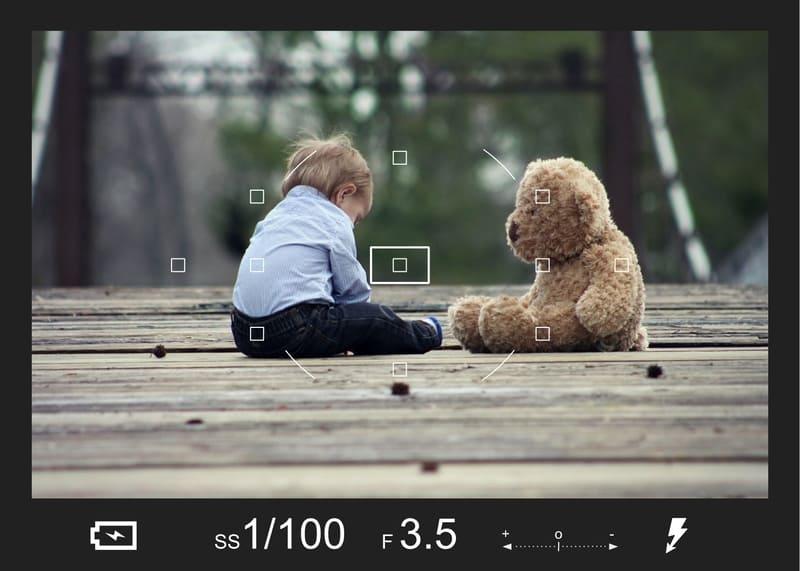 少年と大きいぬいぐるみをファインダー越しに見ているイメージ