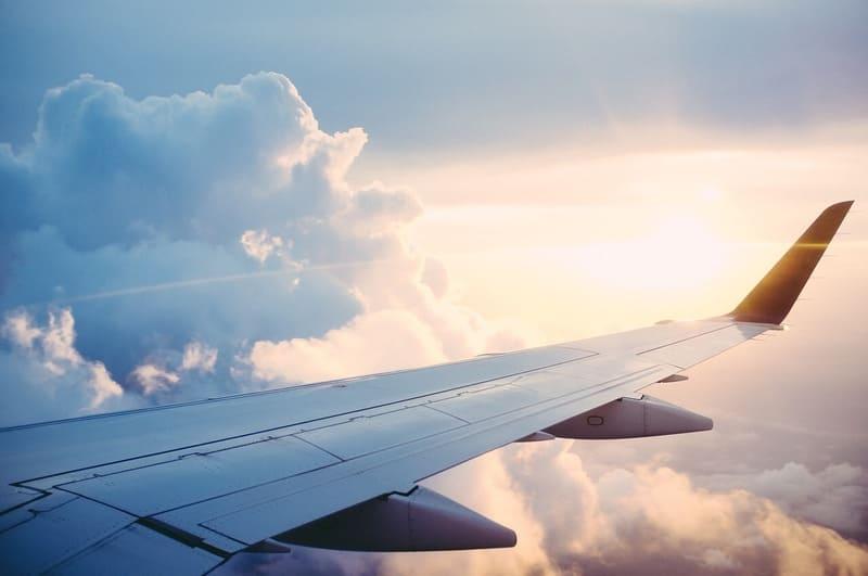飛行機の窓から覗いた景色