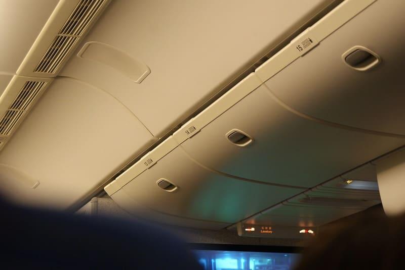 機内の収納棚