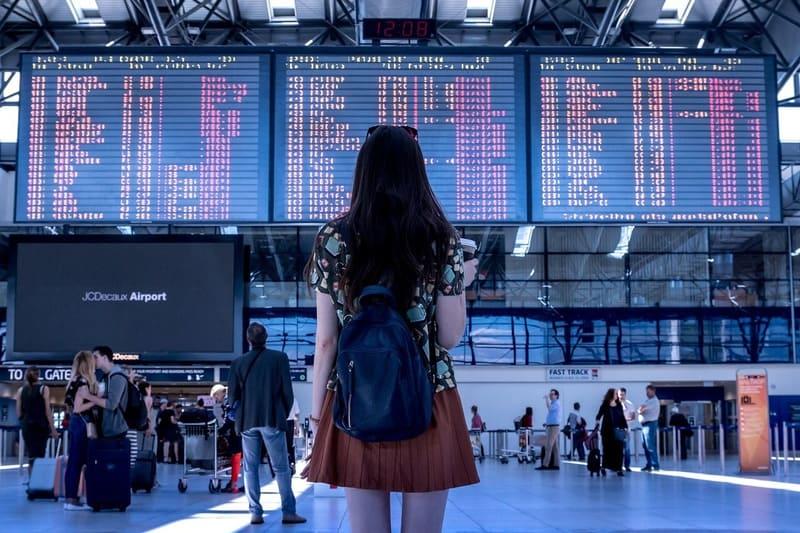空港の案内板を見ている女性