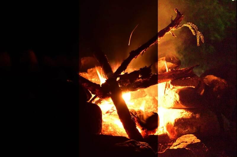 明るさの違うたき火の写真