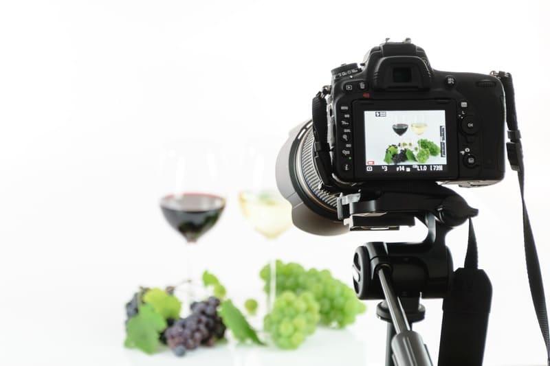 ぶどうとワインを撮影している写真