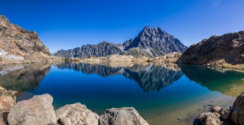 広角レンズで撮影した山と湖
