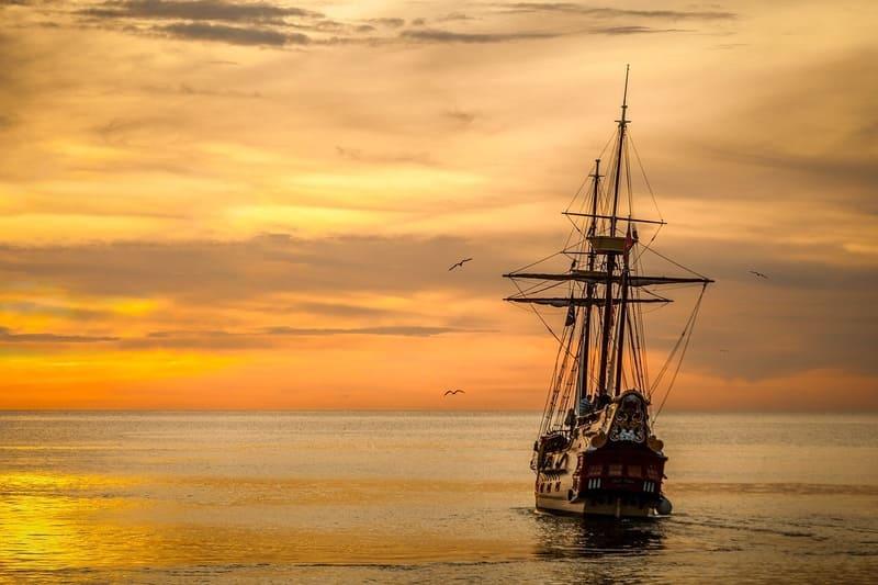 大海原の船と夕日