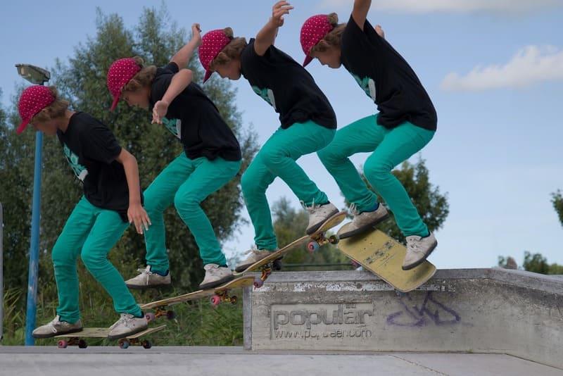 スケートボードに乗っている少年の連射写真