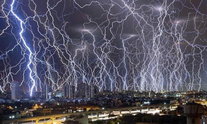 インドで撮影された1時間に89回もの落雷を比較明合成で撮影した写真