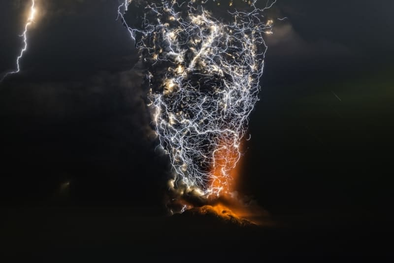 とてつもない火山雷の写真