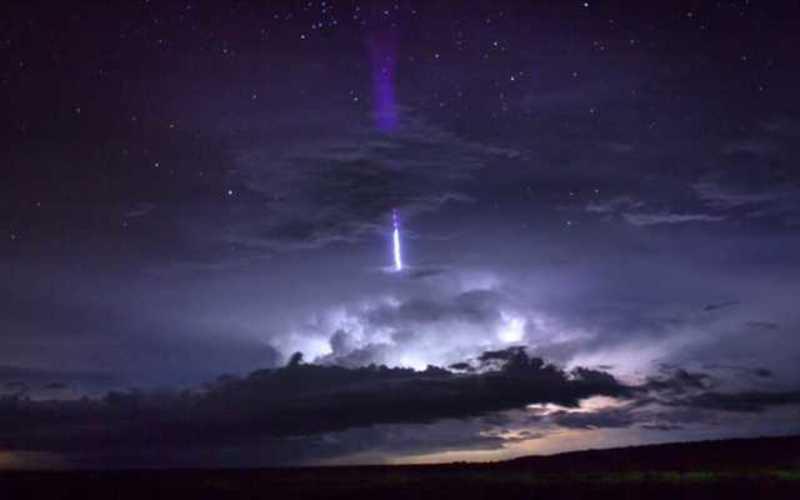 宇宙に伸びる雷ブルースターター