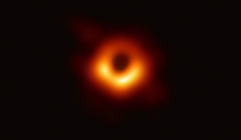 撮影されたM87中心にあるブラックホール