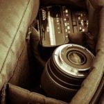 カメラバッグに入ったカメラとレンズ