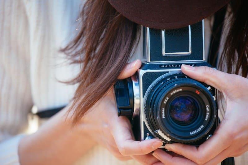フィルムカメラを持った女性