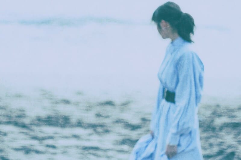 フィルムカメラで撮影した海辺の女性