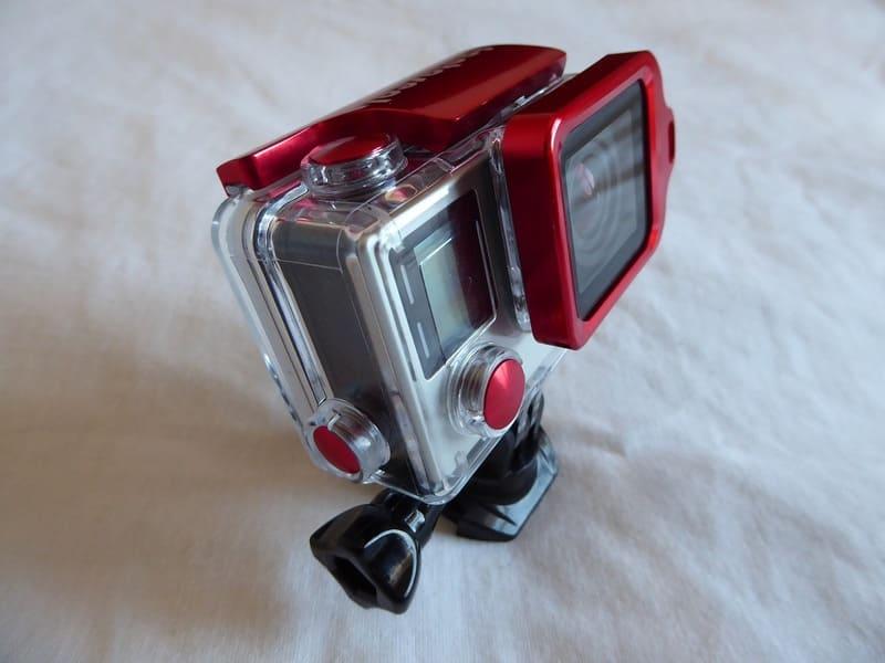 赤色のアクションカメラ