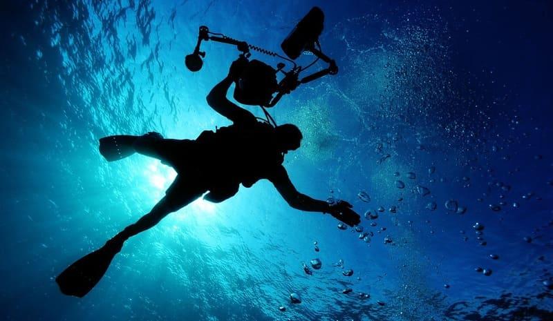 水中のカメラを持ったダイバー