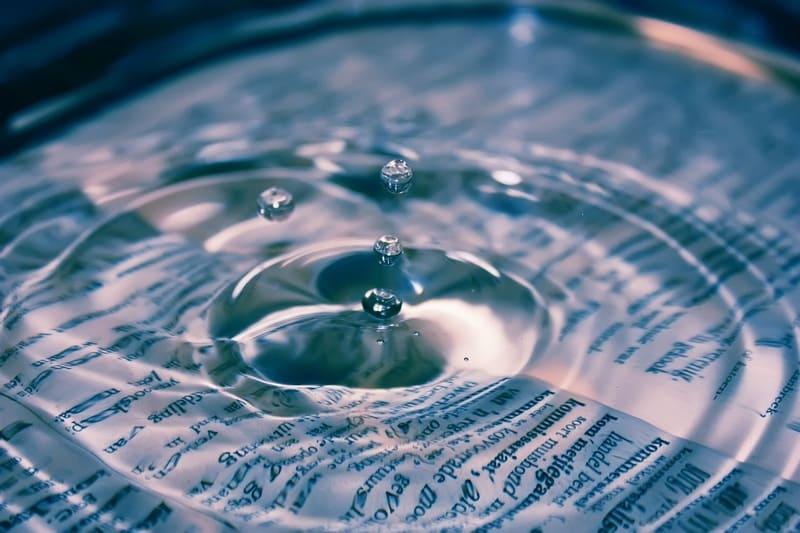 水に沈んだ本