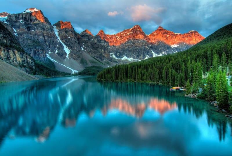 流れの強い川と山脈のリフレクション