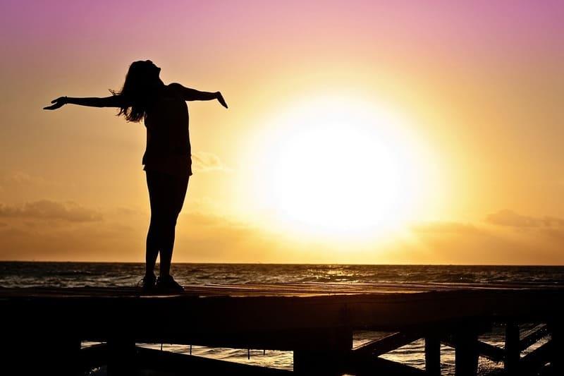 太陽と海と女性のシルエット