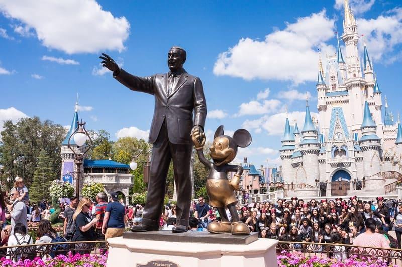 ウォルトディズニーとミッキーの銅像と背景のシンデレラ城