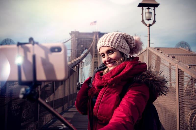 スマホで自撮りしている女性