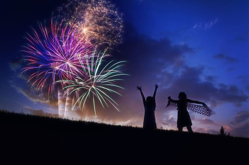 美しい花火と女性と子供と夕暮れ