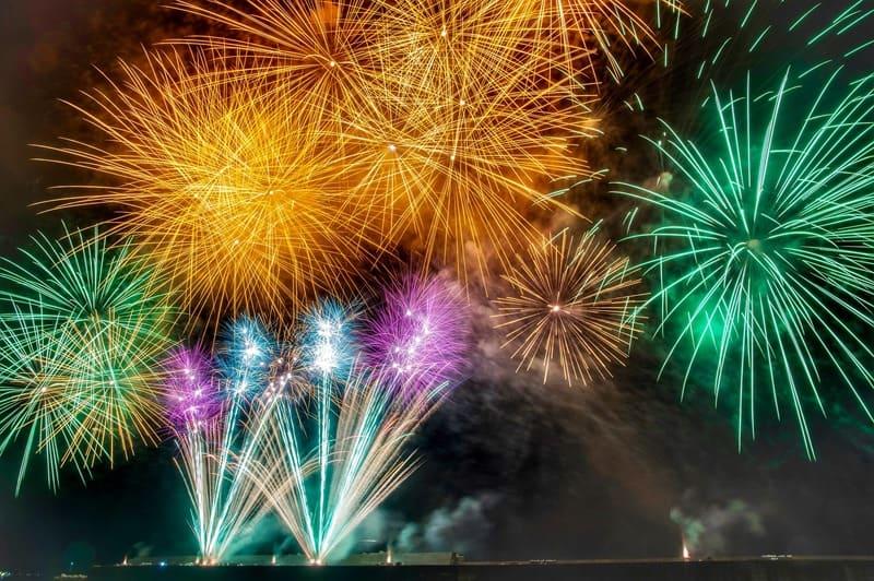 複数の花火で彩られた夜空