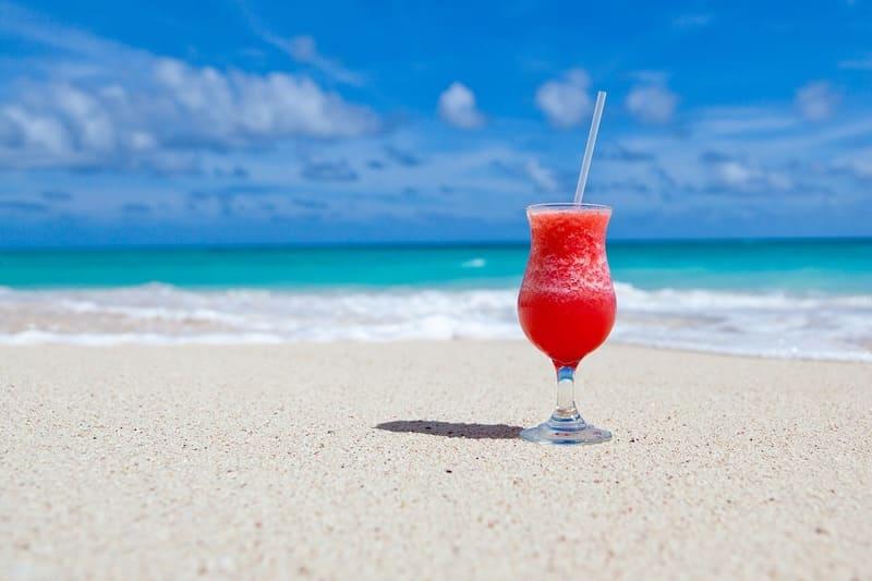 夏の海と浜辺とジュース