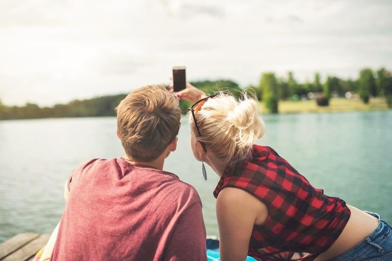 スマホで自撮りするカップル