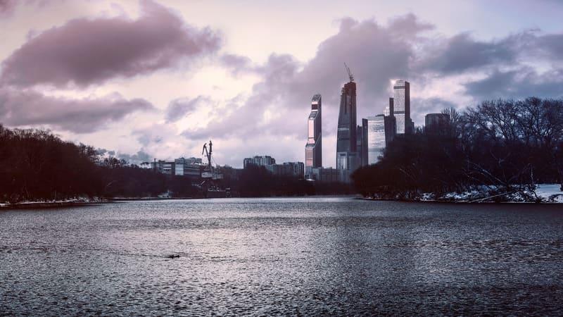 川と高層ビル