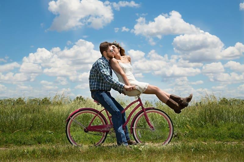 自転車に乗ったカップル