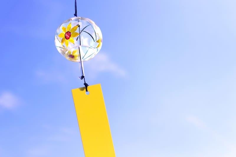 青空と黄色い短冊の風鈴