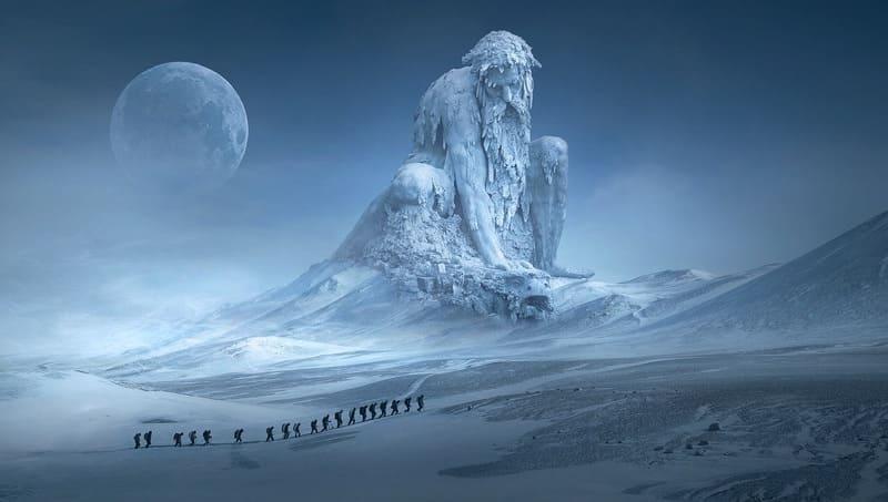 月と雪山と巨像